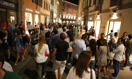 Quant'è bella Bergamo di seracon tanta gente per strada