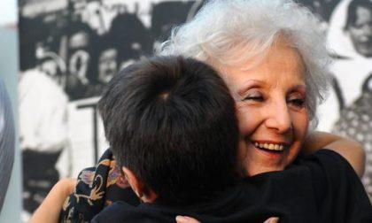 Lacrime di gioia a Plaza de Mayo La nonna ritrova il nipote