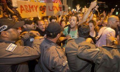 Sposi a Tel Aviv tra fiori e urla di protesta