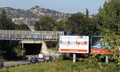 Il cartellone di Bergamopost all'uscita dell'autostrada