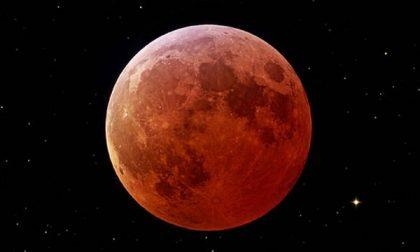 L'incanto della luna in rosso