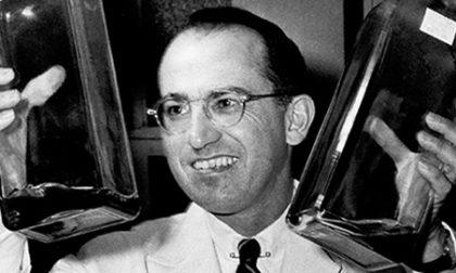 Chi era Jonas Salk, il medico che sconfisse la poliomielite