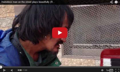 Un senzatetto suona il piano E il suo video conquista la rete