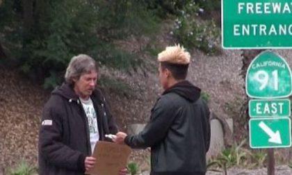 Dona 100 dollari a un senzatetto Guardate un po' come li ha usati