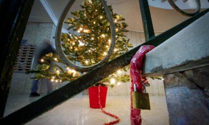 Quelli che si trovano costretti a incatenare l'Albero di Natale