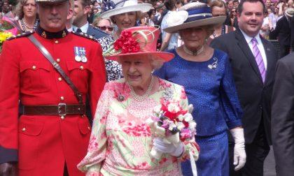 La regina Elisabetta abdica, dicono (La lascia o no, 'sta corona?)