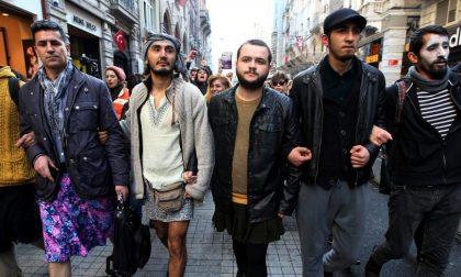 Gli uomini turchi in minigonna Una protesta che invoca giustizia