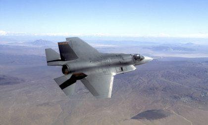 Il primo F-35 costruito in Italia che è appena uscito dall'hangar