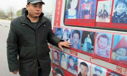 Gira la Cina in camper da otto anni in cerca del proprio figlio rapito