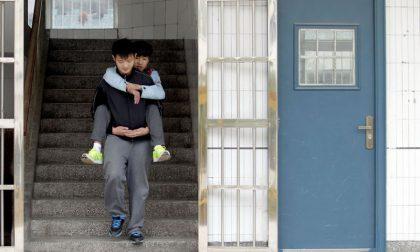 Cina, da tre anni aiuta l'amico portandolo a scuola sulle spalle