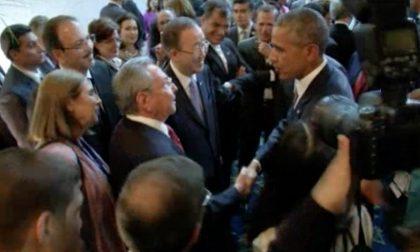 Obama-Castro, la stretta di mano Usa e Cuba da oggi sono più vicini