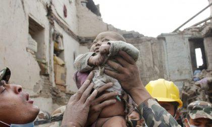 Le immagini del ragazzo e del bebè estratti vivi dalle macerie in Nepal
