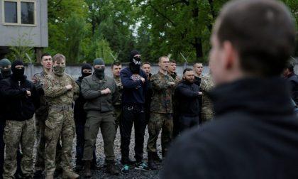 La ferocia del battaglione Azov che brucia ostaggi come l'Isis