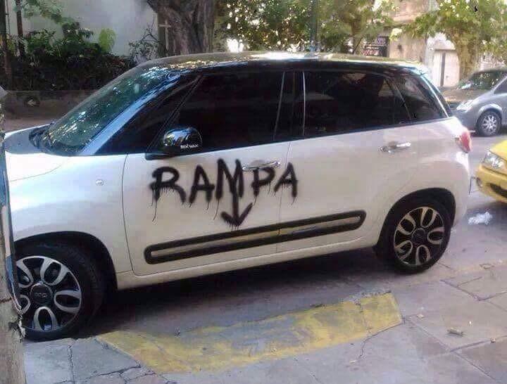 Fiat_500L_vandalizzata_divieto_sosta_rampa_disabili