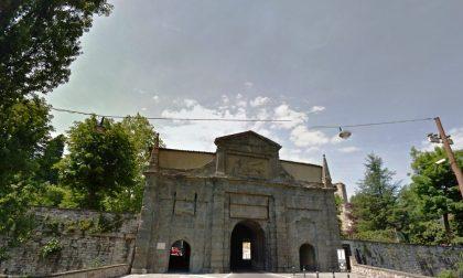 Lavori in corso in Porta Sant'Agostino: arriva uno scivolo metallico per salire sulle Mura