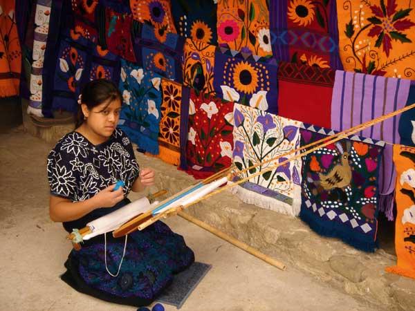 Chiapas, Zinacantan, Tzotzil woman with backstrap loom, telar 1 - Photo by German Murillo-Echavarria 0306