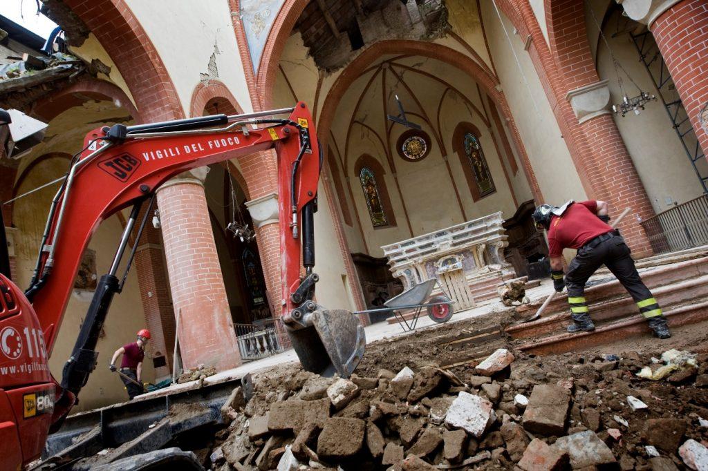 Vigili del fuoco al lavoro nel Duomo di Mirandola_ph Giovanni Diffidenti