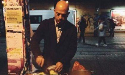 Il siriano che cucina ai senzatetto per «restituire qualcosa ai tedeschi»