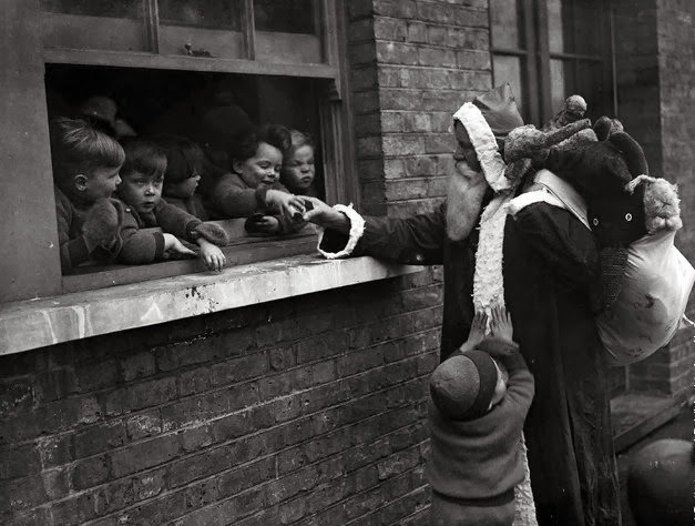 Babbo-Natale-consegna-i-regali-per-aiutare-i-bambini-e-le-Adoption-Society-a-Leytonstone-Londra.-Photo-by-Fox-Foto-Getty-Images.-20-novembre-1931