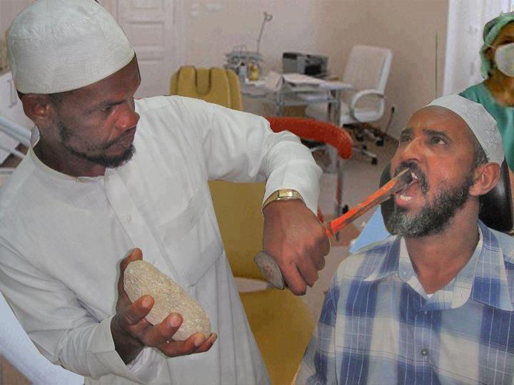Dentista_arabo_usa_sasso_e_scalpello_per_operare