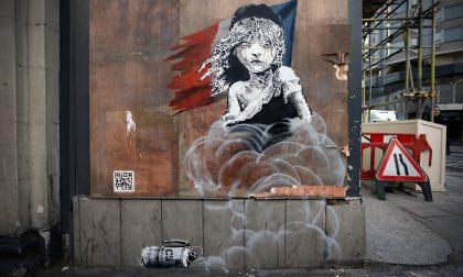 """Banksy e la ragazzina in lacrime dedicata ai """"miserabili"""" di Calais"""