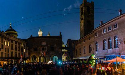 Le stelle nel buio di Piazza Vecchia (Foto di chi fotografava Città Alta)