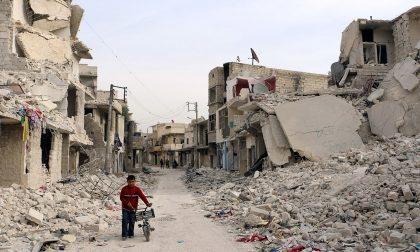 L'esodo dei siriani in fuga da Aleppo dove si consuma la battaglia finale