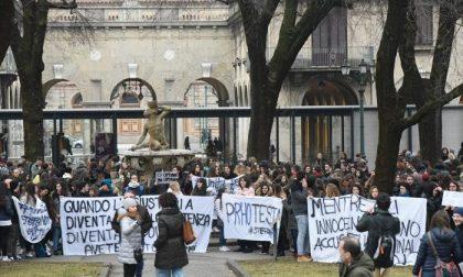 I 400 ragazzi e professori in piazza per dire: «Io sto con Stefano Rho»