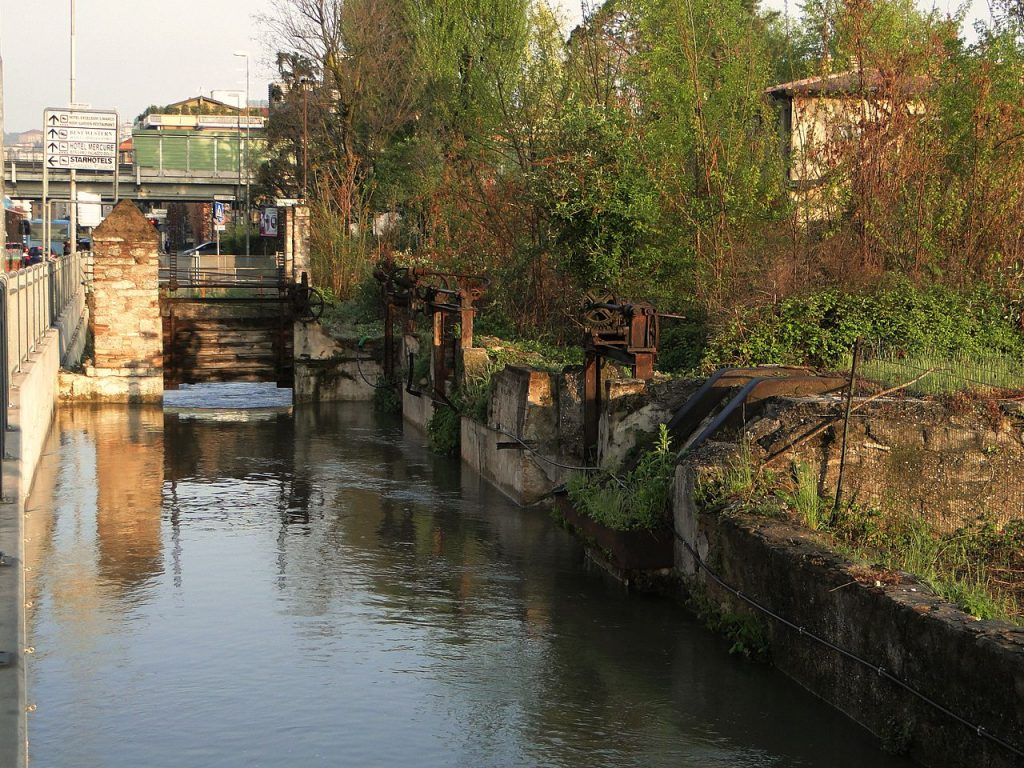 1280px-Roggia_Morlana_BG_Borgo_Palazzo_01