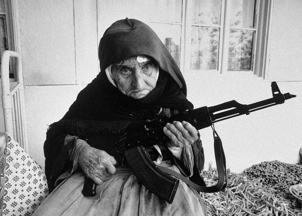la-vecchia-signora-di-106-anni-con-un-fucile-in-mano