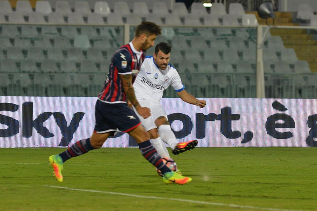 Atalanta's forward Andrea Petagna.(L) scores the goal 1-0 during the Italian Serie A soccer match FC Crotone vs Atalanta Bergamasca Calcio at Adriatico G. Cornacchia stadium in Pescara, Italy, 26 September 2016. ANSA/CLAUDIO LATTANZIO