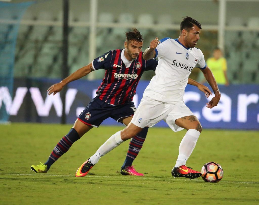 Crotone's Gian Marco Ferrari (S) and Atalanta's Andrea Petagna (L) in action during the Italian Serie A soccer match FC Crotone vs Atalanta Bergamasca Calcio at Adriatico G. Cornacchia stadium in Pescara, Italy, 26 September 2016. ANSA/CLAUDIO LATTANZIO