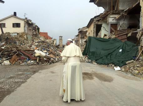 FOTO DA TWITTER POPE VISITS AMATRICE