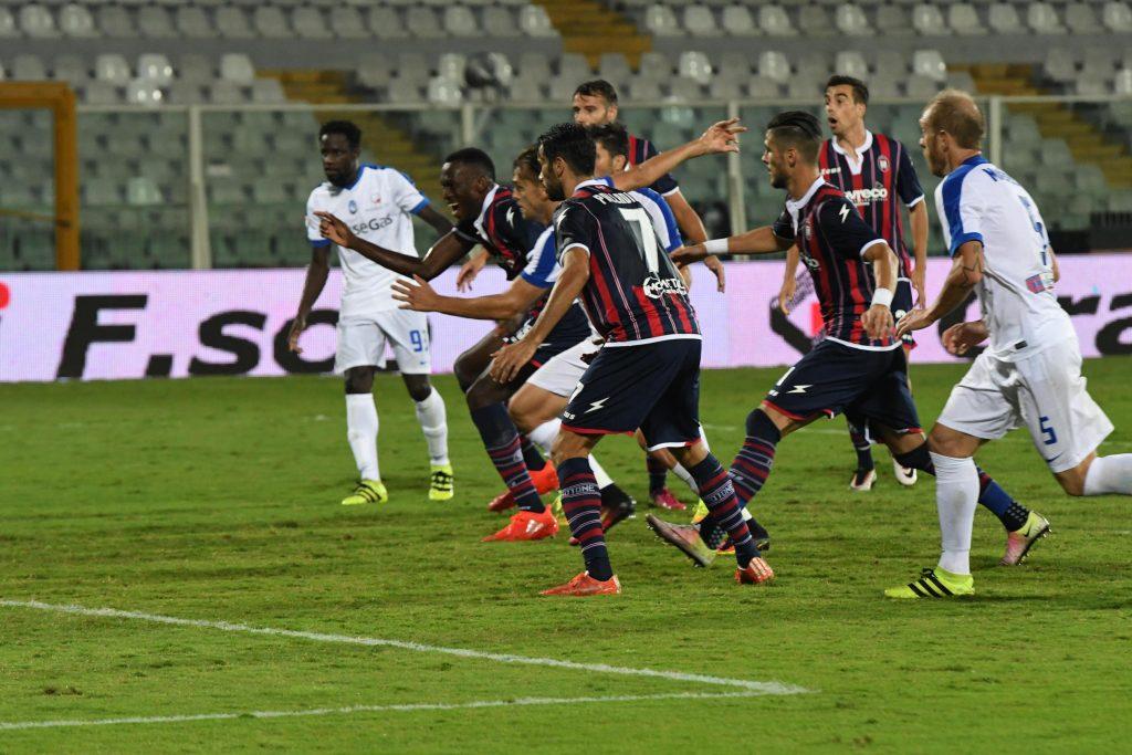 Crotone's Simy (2L) scores the goal during the Italian Serie A soccer match FC Crotone vs Atalanta BC at Adriatico stadium in Pescara, Italy, 26 September 2016. ANSA/CLAUDIO LATTANZIO