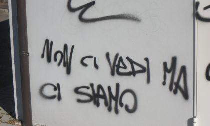 «Non ci vedi, ma ci siamo…» I vandali sbeffeggiano i vigili