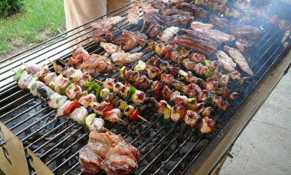 Il misticismo da grigliata è maschio Ammirano i barbecue come totem