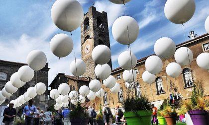 Piazza Vecchia, ghiaccio e palloni Un panorama in via di disfacimento