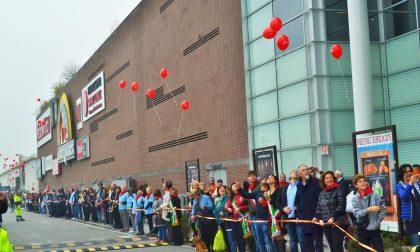 Mille persone strette nell'abbraccio contro la diffusione del virus Hiv