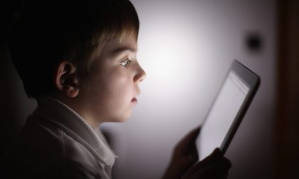 Teenager e bimbi troppo connessi «Soli con uno schermo: inquietante»
