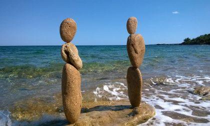 Il re di sassi e pietre in equilibrio Mario Carnè in centro e alla fiera