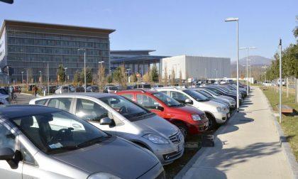 La richiesta dei sindacati: «Tutti i dipendenti dell'ospedale non paghino il parcheggio»