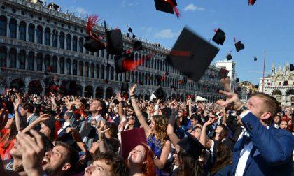«Vi proclamiamo dottori»  nell'aula più bella: Piazza Vecchia