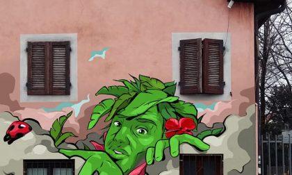 Un murale al passaggio a livello per invitare a spegnere il motore