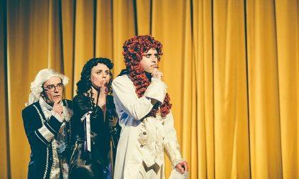 Il prof che spiega il Re Sole ma a teatro, con la musica