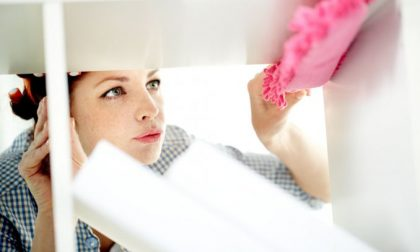 Guanti di gomma, foulard in fronte e un solo ordine: «Bisogna pulire»