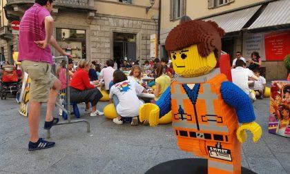 Cento chili di Lego in pieno centro Con un'opera da centomila pezzi