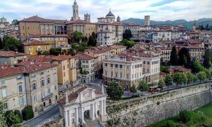In Città Alta per matrimoni e battesimi: Palazzo Frizzoni fissa un limite alle automobili
