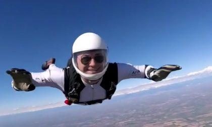 Giù in picchiata a oltre 500 all'ora Simone Bonfanti, re del paracadute