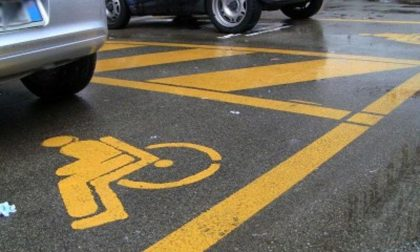 Parcheggiano nel posto per i disabili e violano il Dpcm a Treviolo: multati due uomini