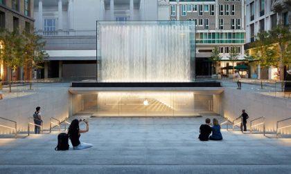 """Milano, in centro c'è """"piazza Apple"""" Inaugurato lo store che è pura arte"""
